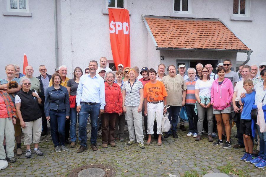 Die Wandergruppe auf dem Burgplatz in Vetzberg
