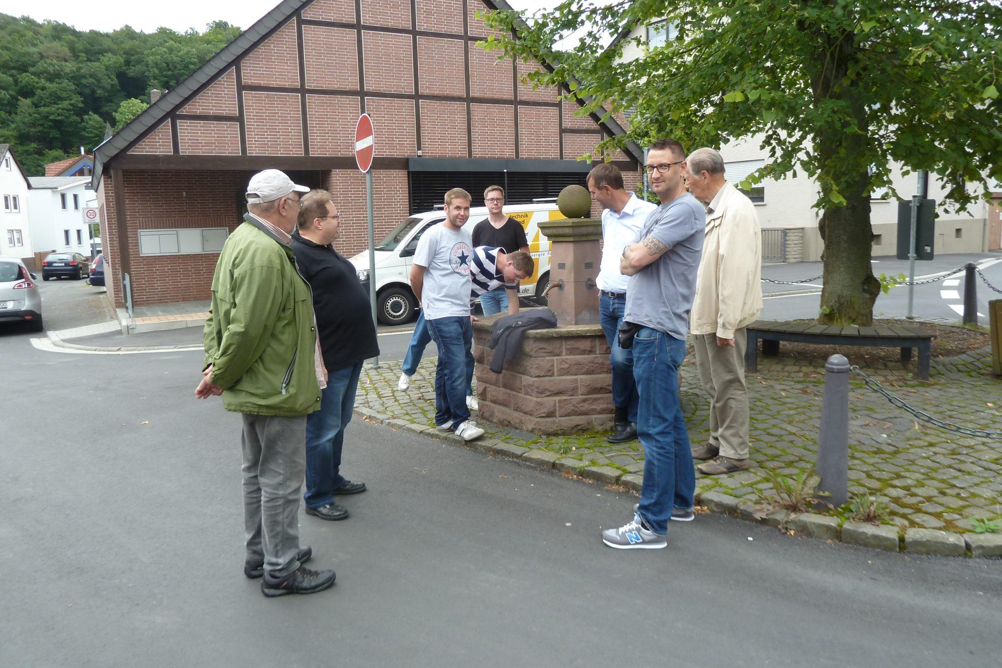 """Der Dorfbrunnen Am Kreuz  ist seit den Straßenbauaerbeiten """"versiegt"""""""